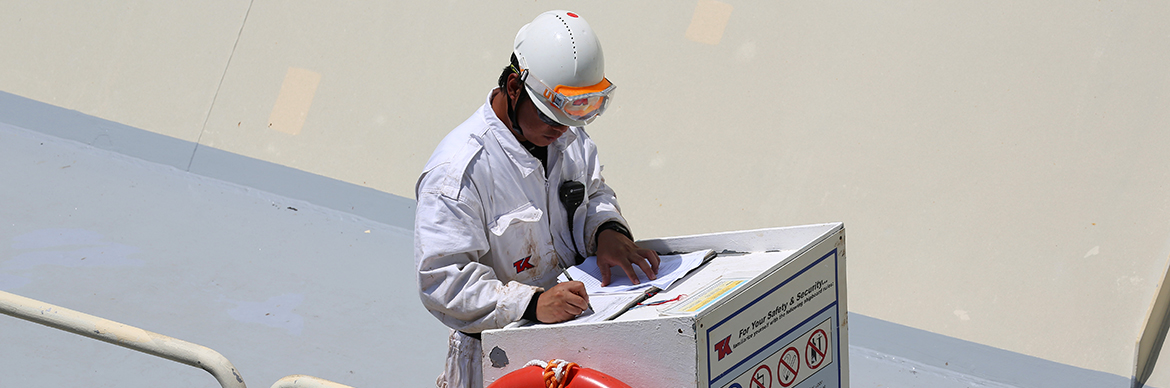 Operator during a delivery of LNG transported by the LNG carrier Arwa Spirit to Japan. To be transported the gas is liquefied at -162 °. On arrival it is converted back into gas to be stored in bins.