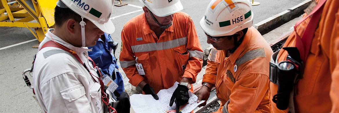 Novembre 2015 / Singapour / KAOMBO Singapour / Shipyard workers preparing to secure the steps to the Kaombo Norte FPSO at the dry dock.