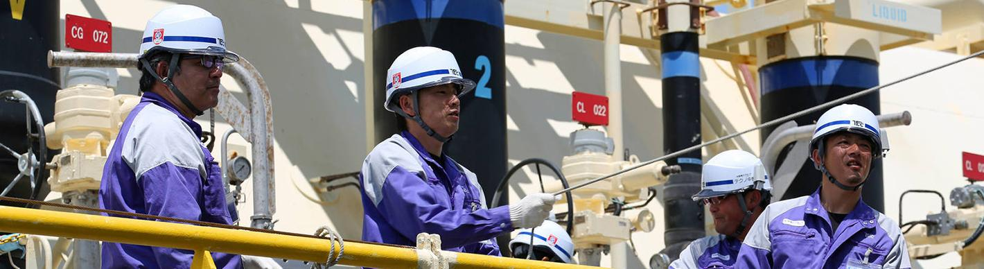 Operators during a delivery of LNG transported by the LNG carrier Arwa Spirit to Japan. To be transported the gas is liquefied at -162 °. On arrival it is converted back into gas to be stored in bins.