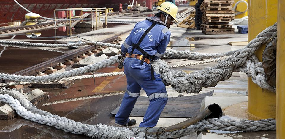 Shipyard workers preparing Kaombo Norte FPSO to be moved to the dry dock, Singapore - Exploration & Production - Total