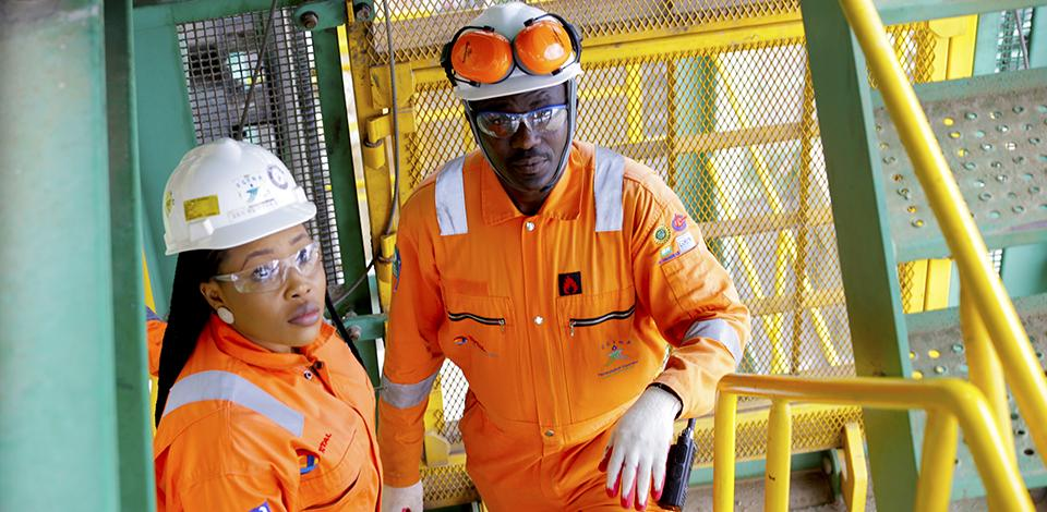 Opérateurs sur le pont du FPSO, Egina, Nigeria - Exploration-Production - Total